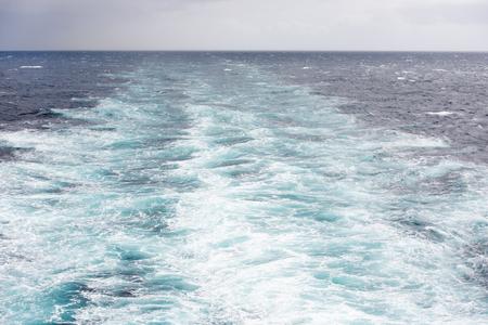 Wakker worden van een groot schip op de Noord-Atlantische Oceaan Stockfoto - 43076168