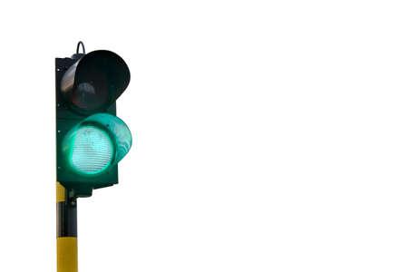 seguir adelante: Un sem�foro verde, ligeramente inclinada hacia la derecha, aislado en un fondo blanco que sugiere que recibe el visto bueno, conseguir el permiso