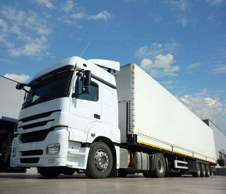 運輸: 貨運卡車交付和運輸