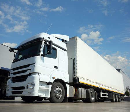 Cargo Truck Lieferung und Transport Standard-Bild - 21521456