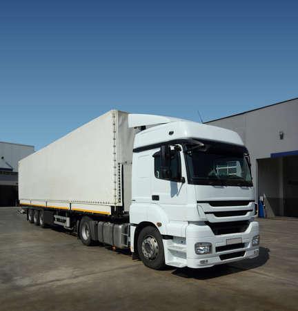 運輸: 貨運卡車在倉庫