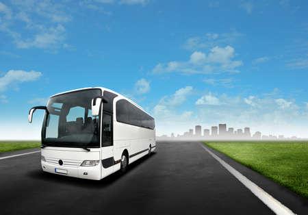 bus driver: Blanca autob�s en la carretera
