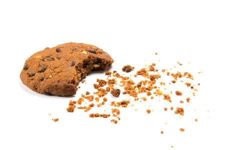 galleta de chocolate: Una cookie mordido con migas, aislado en blanco