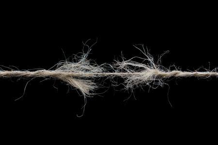 擦り切れているロープの分離された黒い背景を破る準備ができて 写真素材 - 74999422