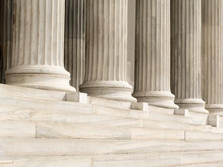 Détail architectural des marches en marbre et des colonnes d'ordre ionique Banque d'images