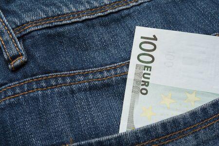 Una banconota da cento euro nella tasca posteriore di un blue jeans