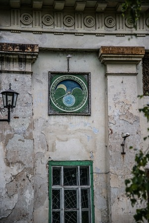 siervo: �nica luna reloj mec�nico del mundo hizo un siervo en un peque�o pueblo Ch�rmoz Foto de archivo