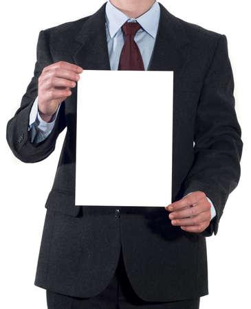 hoja en blanco: Hombre de traje con hoja de papel en blanco aisladas