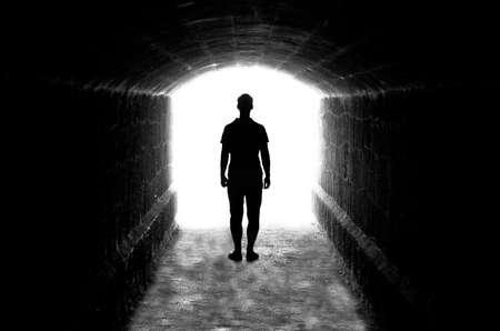 tunnel di luce: Sagoma umana in retro illuminazione in uscita del tunnel Archivio Fotografico