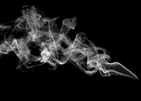 cigarrillos: Resumen m�gico humo sobre fondo negro Foto de archivo