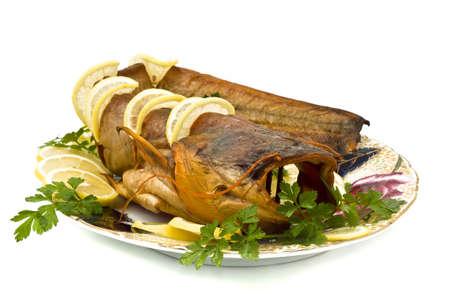 sheatfish: Sabrosa sheatfish hinchado con lim�n y perejil en el plato sobre blanco