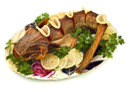 sheatfish: Sheatfish hinchado con lim�n y perejil en el plato sobre blanco