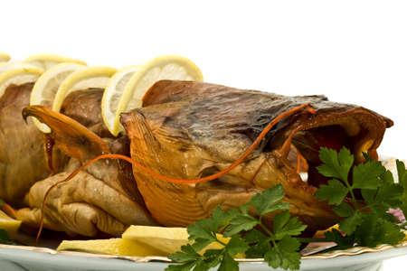 sheatfish: Orilla cena - sabrosos sheatfish de secado de humo con lim�n y perejil en el plato sobre blanco