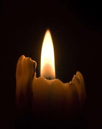 luz de velas: Vela luz en la oscuridad (enfoque en la mecha)
