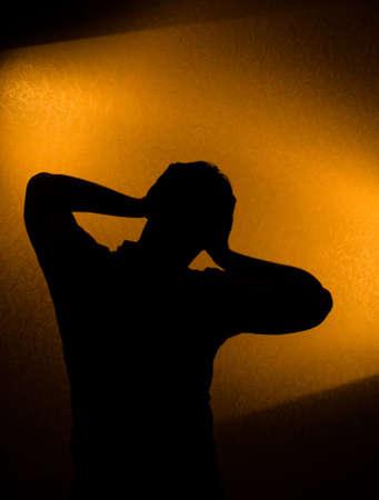 male headache: Depresi�n y el dolor - silueta del hombre en la oscuridad Foto de archivo