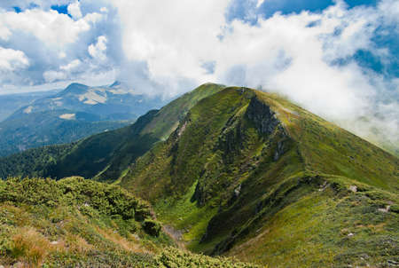 カルパティア山脈の風景: 夏の時間の間に山の尾根に