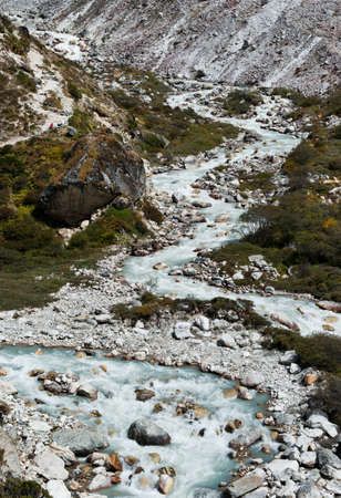 lacet: Serpentine stream and rocks in Himalayas. Captured in Sagarmatha National park Stock Photo
