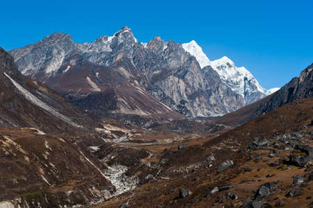 sapless: Ambiente: torrente prosciugato e montagne in Himalaya. Nella foto in Nepal