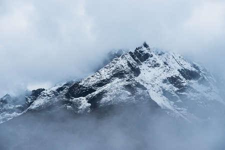 히말라야의 구름에 숨겨진 눈이 내렸다 산 봉우리입니다. 네팔 여행