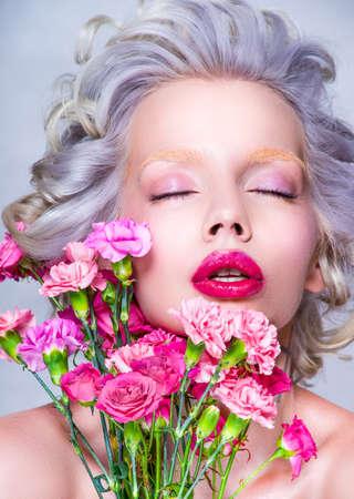 labios sensuales: Sensual retrato de la belleza de la mujer rubia bonita con flores. Cuidado de la piel y cuidado del cabello