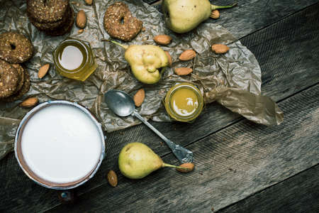 herfst eten: Almonds pears Cookies and cream on rustic wood. Rustic style and autumn food photo Stockfoto