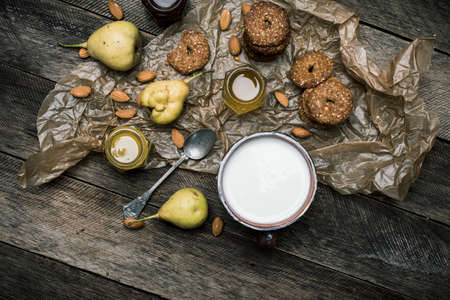 herfst eten: Tasty pears Cookies and milk on wooden table. Rustic style and autumn food photo Stockfoto