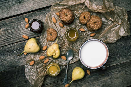 herfst eten: Tasty Pears almonds Cookies and milk on rustic wood. Rustic style and autumn food photo Stockfoto
