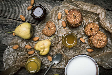 herfst eten: pears Cookies and cream on wooden table. Rustic style and autumn food photo Stockfoto