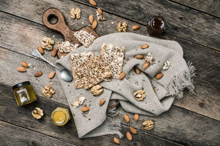 herfst eten: Cookies honey  nuts on wooden table. Rustic style and autumn food photo Stockfoto