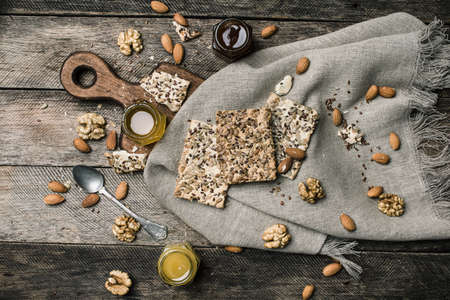 herfst eten: tasty Cookies with seeds and honey on napkin for diet wooden table. Rustic style and autumn food photo Stockfoto