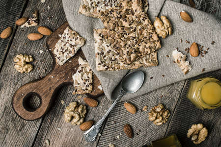 herfst eten: Cookies with seeds  nuts honey for lunch. Rustic style and autumn food photo Stockfoto