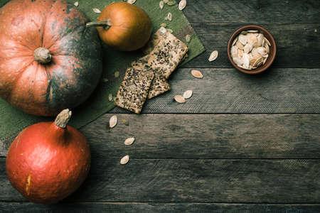 madera rústica: Estilo rústico Calabazas con las galletas y las semillas en la madera. Otoño alimentos Temporada foto