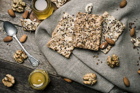 herfst eten: dietic cookies with honey and nuts on rustic table. Rustic style and autumn food photo Stockfoto