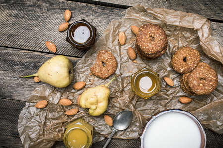 herfst eten: Tasty Pears almonds Cookies and cream on rustic wood. Rustic style and autumn food photo