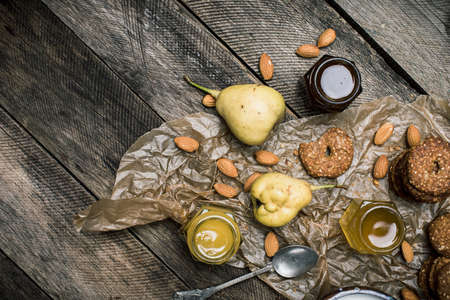 herfst eten: pears Cookies honey and nuts on wood. Rustic style and autumn food photo