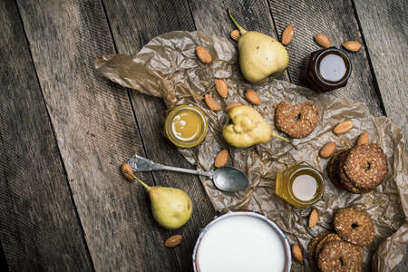 herfst eten: Pears nuts Cookies and joghurt on rustic wood. Rustic style and autumn food photo