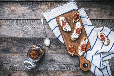 botanas: Bocadillos saludables con queso y los higos en tablero de madera y servilleta. Desayuno, foto de la comida del almuerzo