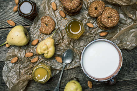herfst eten: Cookies pears honey and yoghurt on wooden table. Rustic style and autumn food photo