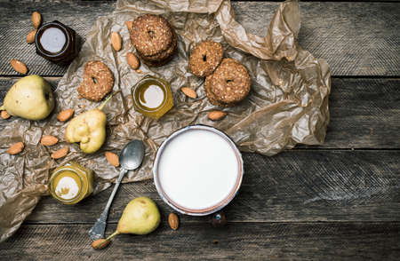 herfst eten: Tasty Pears almonds Cookies and joghurt on rustic wood. Rustic style and autumn food photo