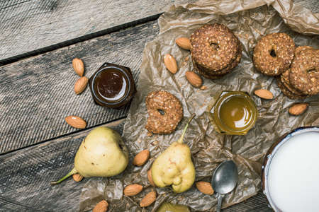 herfst eten: Pears nuts Cookies and milk on rustic wood. Rustic style and autumn food photo Stockfoto