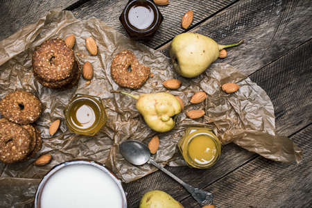herfst eten: Healthy Pears almonds Cookies and milk on rustic wood. Rustic style and autumn food photo Stockfoto