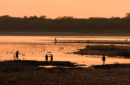 Asian Women fishing in the river. silhouette at sunset. Village life in Asia Banque d'images - 113439370