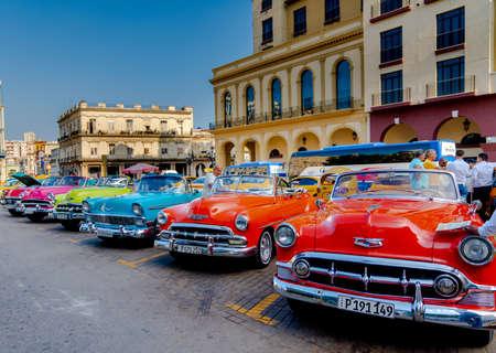 Retro-Auto als Taxi für Touristen in Havanna, Kuba. Aufgenommen in der Nähe des Gran Teatro de La Habana, El Capitolio und Paseo del Prado im Frühjahr 2019
