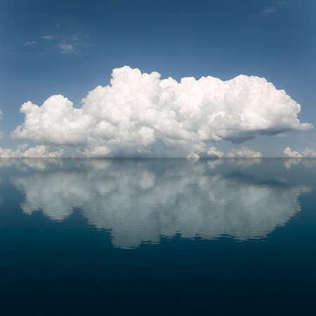 sfondo nuvole: Nuvole sfondo del cielo e acqua riflessione Archivio Fotografico