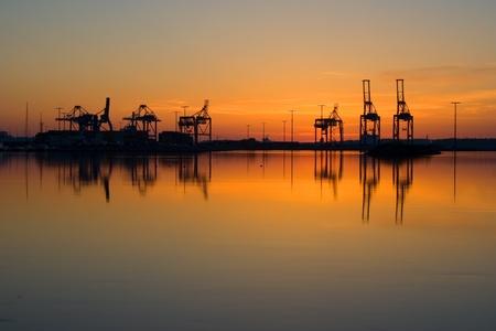 Grues portuaires dans le port de Vuosaari, la Finlande