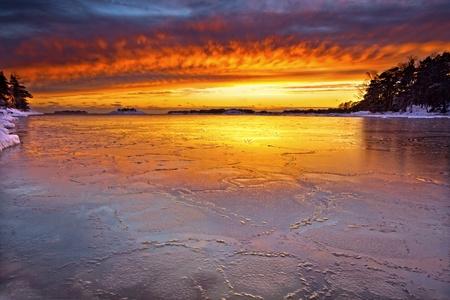 Puesta de sol con nubes coloridas en la noche de invierno