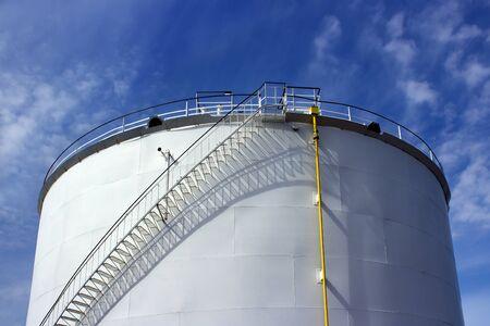 industria petroquimica: Petroqu�mica tanque de la industria y el cielo azul