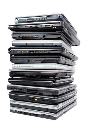 Pile von gebrauchten Laptops für Recycling, isoliert auf weiß Lizenzfreie Bilder