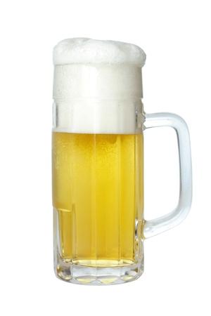jarra de cerveza: La cerveza en jarra de cerveza con espuma, aislado en blanco
