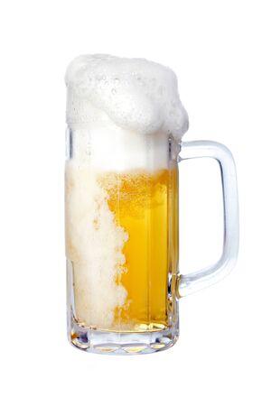 espumante: Espuma de cerveza en jarra, aislado en blanco